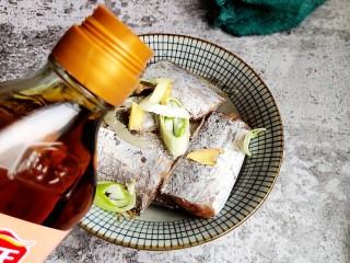 茄汁带鱼(罐头),带鱼洗净剁成块,放入大碗,中加入大葱,生姜和料酒。