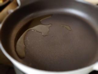 茄汁带鱼(罐头),平底锅烧热放油烧热。