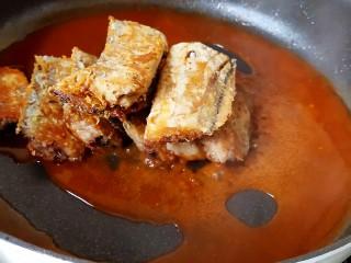 茄汁带鱼(罐头),调匀煮开之后加入煎好后的带鱼