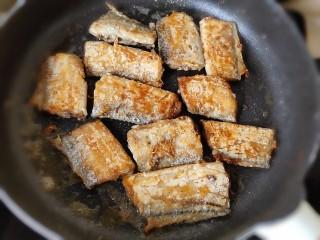 茄汁带鱼(罐头),一直煎到两面焦黄即可关火出锅