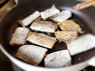 茄汁带鱼(罐头),放入带鱼煎到一面微黄翻面。