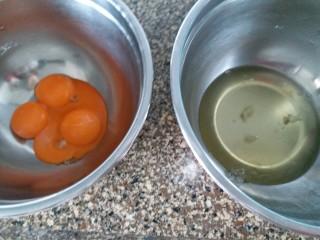 咸蛋黄肉松盒子蛋糕,把鸡蛋的蛋清和蛋黄分离,分别装在干净,无水无油的容器内。最好是不锈钢的打蛋盆。