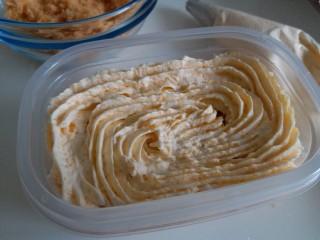 咸蛋黄肉松盒子蛋糕,盒子最下面放上一层蛋糕,然后挤上一层咸蛋黄奶油,,一层肉松,再奶油,肉松的顺序。好吃的咸蛋黄肉松蛋糕就做好了!