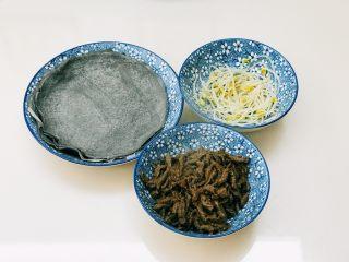 牛肉丝卷饼,牛肉下油锅炒熟盛出