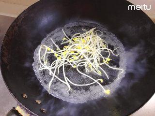 牛肉丝卷饼,锅内烧水烫熟豆芽,其他蔬菜也可以