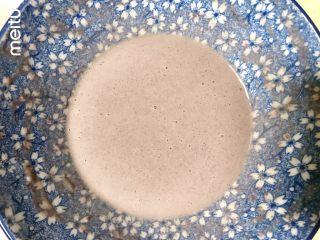 牛肉丝卷饼,鸡蛋打散,加入水和油搅匀,筛入低粉和紫薯粉,紫薯粉可以换成其他果蔬粉,换成等量低粉也行,搅匀成没有颗粒的面糊