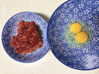 牛肉丝卷饼,1个蛋黄加1个全蛋打入大碗内,剩下一个蛋清倒入牛肉丝中