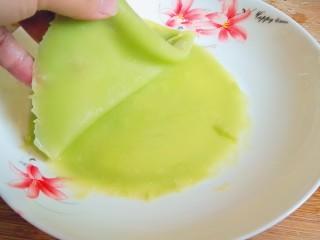 翡翠凉皮(不用洗面的凉皮),两层中间涂一层油,防止粘在一起