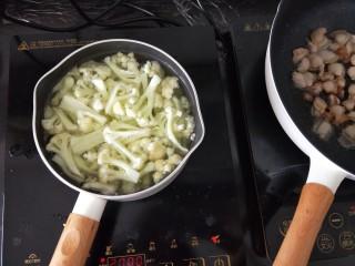 干锅花菜,水里放一点点油和适量<a style='color:red;display:inline-block;' href='/shicai/ 696/'>盐</a>烧开,然后放入花菜焯一分钟左右,捞出过一下凉水。