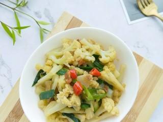 干锅花菜,翻炒至蒜苗断生即可出锅。