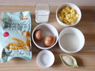 布里欧修面包,准备好面团的食材,面包粉我用的是金龙鱼烘焙粉中的高筋小麦粉,成品香软可口易拉丝,黄油要提前软化再用;