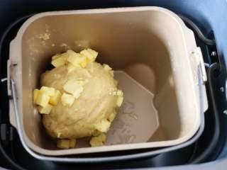 布里欧修面包,选择面包机的和面程序开始揉面,揉面程序结束后放入剩下的黄油,继续选择揉面程序;