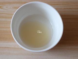 布里欧修面包,面团二次发酵的时候可以来准备好表面装饰的材料,将蜂蜜和水混合均匀备用;