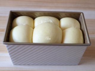 布里欧修面包,发酵到8分满的时候取出,将烤箱175度预热8分钟;