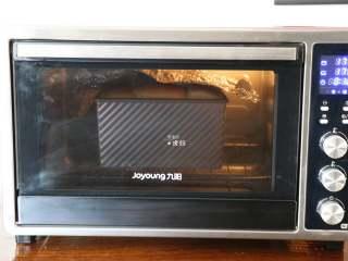 布里欧修面包,放入预热好的烤箱内,175度20分钟,中途上色到自己喜欢的程度后盖锡纸;