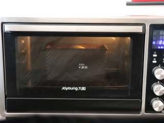 布里欧修面包,放进烤箱进行二次发酵,发酵到8分满;
