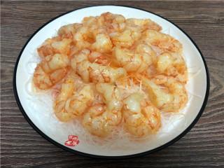 蒜蓉虾仁蒸粉丝,接着把腌制过的虾仁整齐摆在粉丝上面。