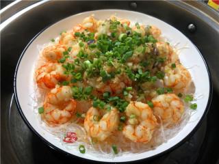 蒜蓉虾仁蒸粉丝,打开锅盖,撒上葱花。