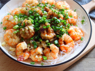 蒜蓉虾仁蒸粉丝,表面浇上滚汤的酱油,顿时发出刺啦一声,立马香味扑鼻,食欲大开。