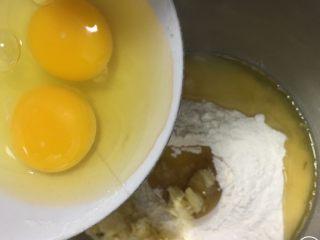 肉松奶酪面包卷-咸味,中筋粉和泡打粉混合,加入奶酪和盐,发酵粉放中间,倒入花生油和鸡蛋。