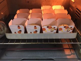 肉松奶酪面包卷-咸味,烤箱预热至180度,金盘送入烤箱烤制20分钟。