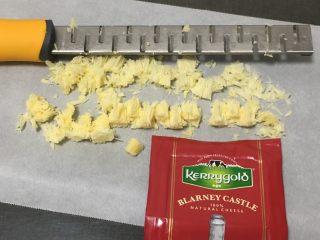 肉松奶酪面包卷-咸味,干奶酪加工成碎,容易溶解于面团中。