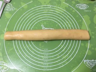 肉松奶酪面包卷-咸味,面饼卷起来。