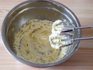 杏仁咖啡曲奇,用电动打蛋器打发至颜色变浅蓬松状态;