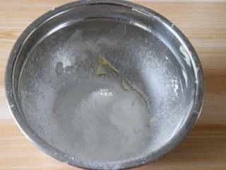 杏仁咖啡曲奇,黄油软化后筛入糖粉搅拌均匀;