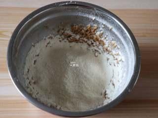 杏仁咖啡曲奇,筛入低筋面粉和杏仁粉,用刮刀拌均匀;