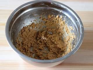 杏仁咖啡曲奇,用电动打蛋器搅拌均匀;