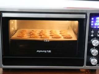 杏仁咖啡曲奇,放入预热好的烤箱中层,190度10分钟;