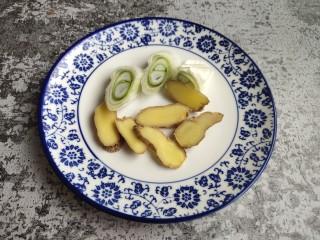 粉皮炖鸡,生姜,大葱切好备用。