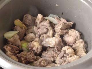 粉皮炖鸡,加入提前焯好的鸡块,炒出香味。