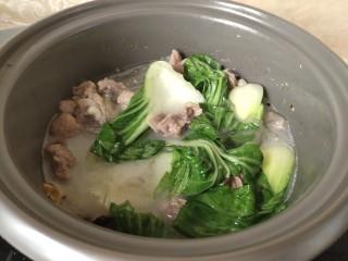 粉皮炖鸡,出锅之前加两颗奶油菜即可!
