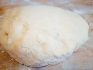 韭菜鸡蛋饼,不烫手的时候揉成面团静置20分钟