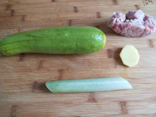 花开富贵  新文美食,首先食材准备好,猪肉馅要解冻,葱姜剁成末,洗干净西葫芦。