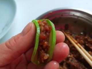 花开富贵  新文美食,一个西葫芦片加入适量肉馅折起来。