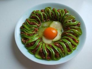花开富贵  新文美食,打入一个鸡蛋。