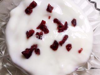 酸奶紫薯泥,还可以在酸奶上撒一些切碎的蔓越莓。