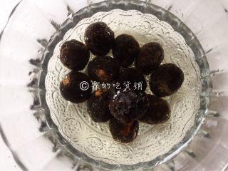 桂圆鹌鹑蛋红枣糖水,桂圆,不论你是买外面现成剥好的,还是自己剥的,都要清洗一下。