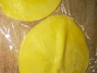 第一次制作传说中的芒果班戟,颜值很高味道也一级棒,继续煎饼