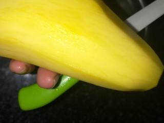 第一次制作传说中的芒果班戟,颜值很高味道也一级棒,煎好后,准备芒果。 芒果去皮