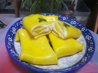 第一次制作传说中的芒果班戟,颜值很高味道也一级棒,成品图。