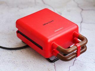 芒果酸奶三明治,盖上三明治机器,烤3分钟,电源自动断电,机器工作指示灯自动灭掉。