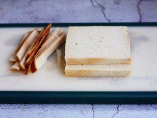 芒果酸奶三明治,将吐司切片四周的边儿切下去。
