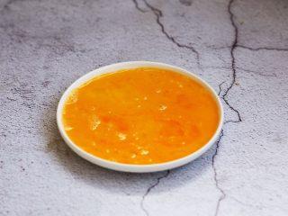 芒果酸奶三明治,鸡蛋打散。