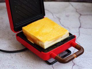 芒果酸奶三明治,放入三明治的机器上。