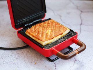 芒果酸奶三明治,香喷喷的诱人的垂涎欲滴的芒果酸奶三明治出炉啦。