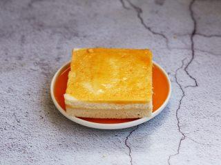 芒果酸奶三明治,将芒果酸奶三明治的两面都蘸上蛋液。